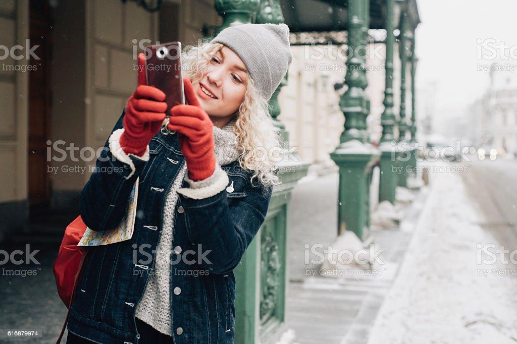 Junge blonde lockige Touristin, die ein Selfie auf der Straße macht - Lizenzfrei Blondes Haar Stock-Foto
