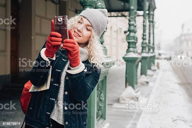 Junge Blonde Lockige Touristin Die Ein Selfie Auf Der Straße Macht Stockfoto und mehr Bilder von Blondes Haar