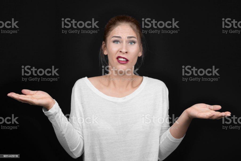 Junge, blonde Frau mit Armen, Schultern zuckt mit den Schultern – Foto