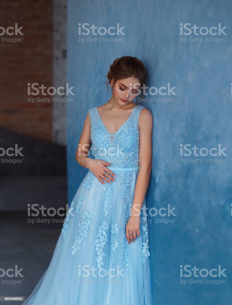 Jovencita Rubia En Un Lujoso Vestido Azul Con Encaje Y Tul