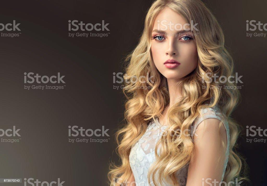 Fotografia De Modelo Hermosa Pelo Joven Rubio Con Pelo Largo