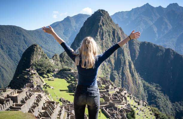 joven mujer rubia frente a machu picchu, huayna picchu. perú - viaje a sudamérica fotografías e imágenes de stock