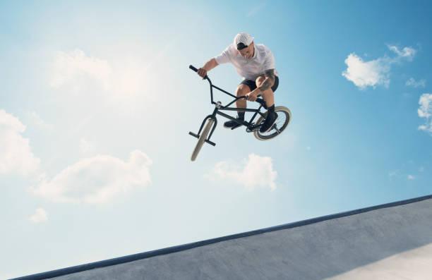 Jovem de bicicleta BMX participante - foto de acervo