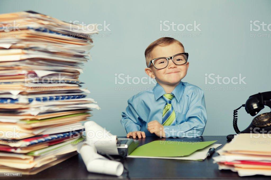 Junge Buchhalter mit Brille auf Schreibtisch - Lizenzfrei 2-3 Jahre Stock-Foto