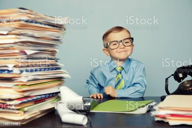 Junge Buchhalter Mit Brille Auf Schreibtisch Stockfoto und mehr Bilder von 2-3 Jahre
