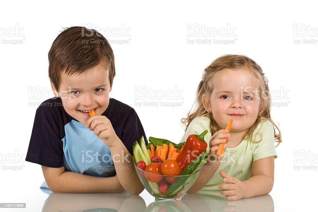 Glückliche Kinder essen Gemüse – Foto