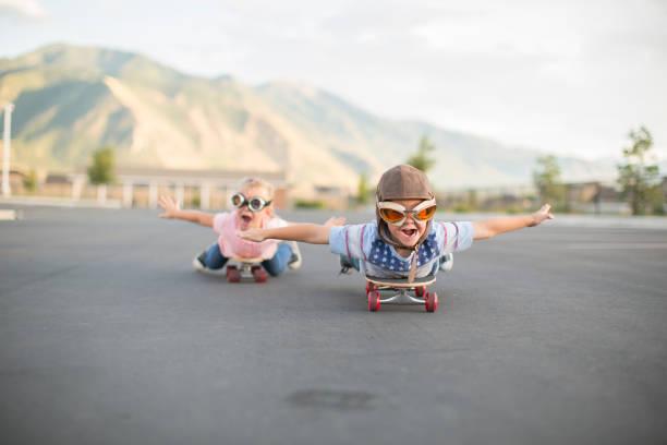 Young Boy und Girl Flying auf Skateboards – Foto