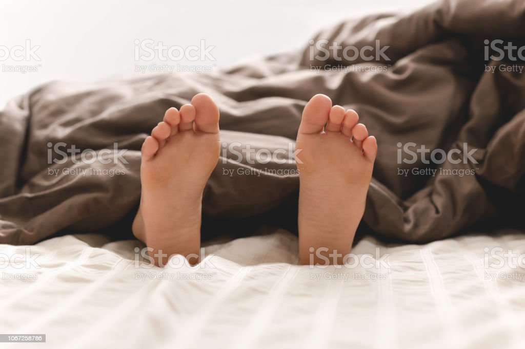 Young boy bare feet in bed – zdjęcie