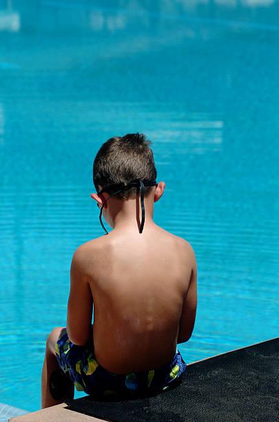 junge am großen pool - mark tantrum stock-fotos und bilder