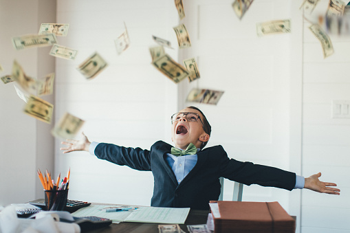 Young Boy Businessman Catching Falling Money — стоковые фотографии и другие картинки 10-11 лет
