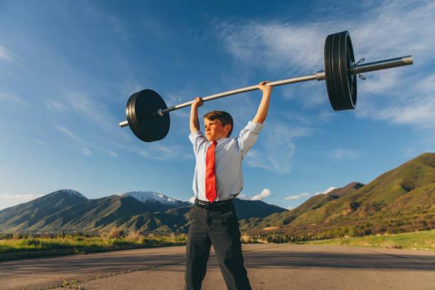 Junge Junge Geschäftsmann Heben Gewichte – Foto