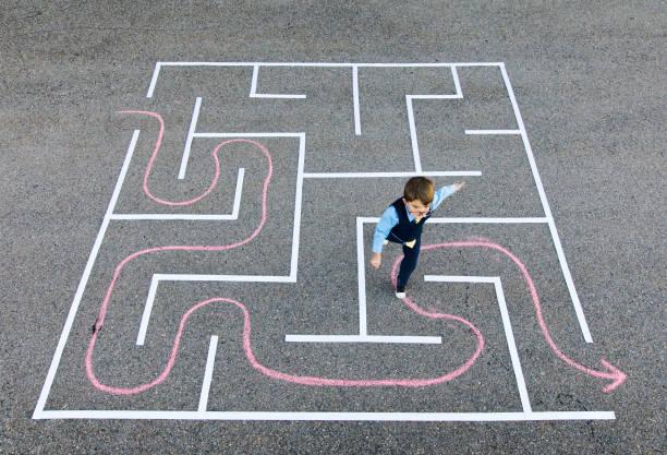 Junge Unternehmer im Labyrinth laufen – Foto