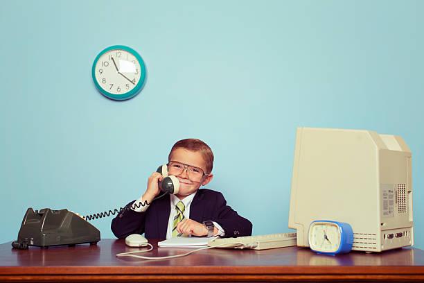 junge geschäftsmann gespräch am telefon - retro lustig stock-fotos und bilder