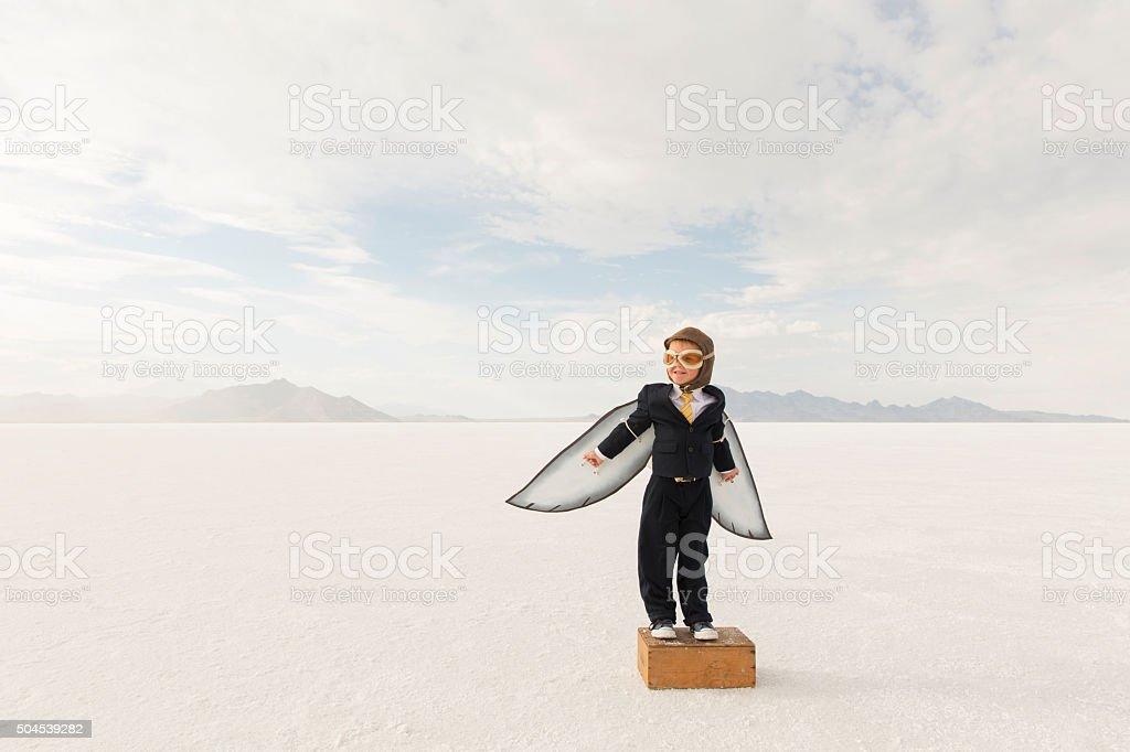 Young Boy empresario usando las alas de cartón - foto de stock