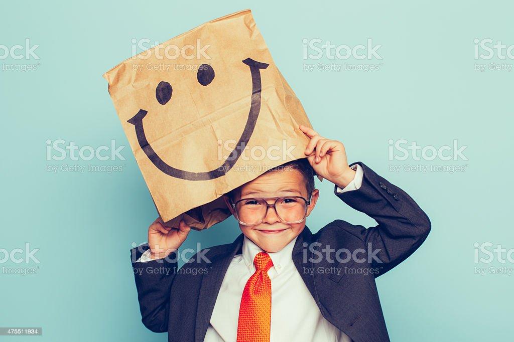 Junge Geschäftsmann trägt glückliches Gesicht – Foto