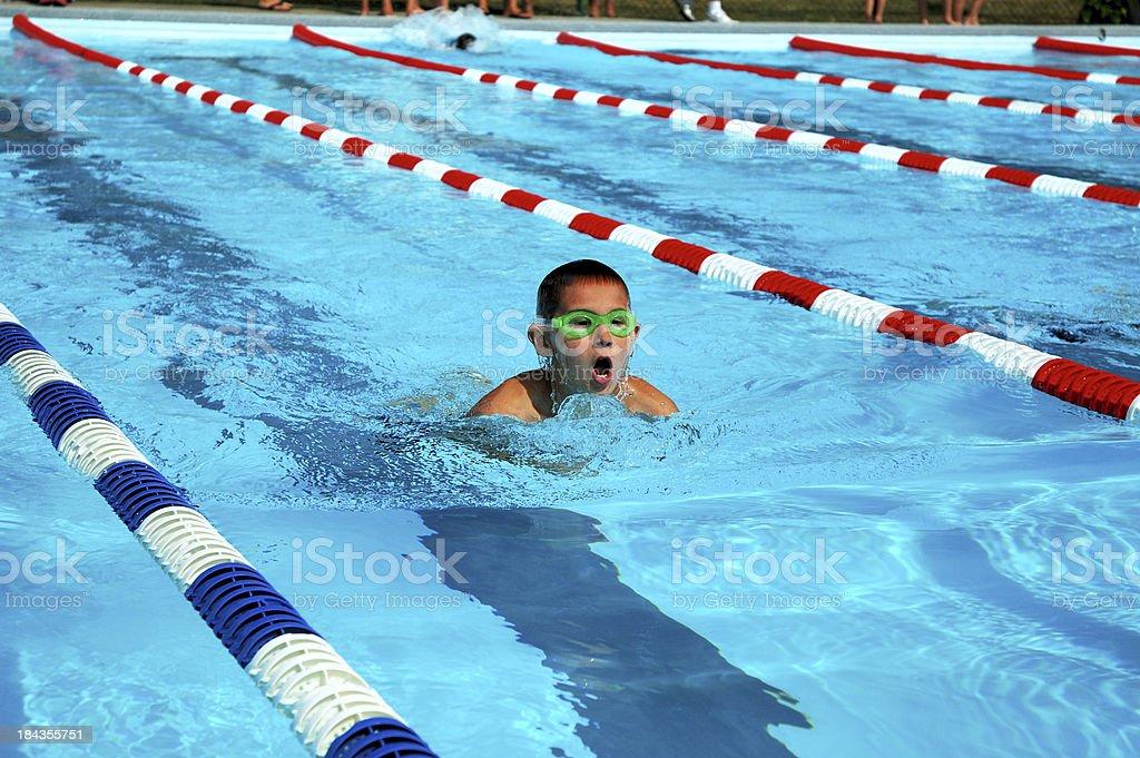 Junge Kind Sportler Brustschwimmen Schlaganfall Schwimmer Racing im Pool – Foto