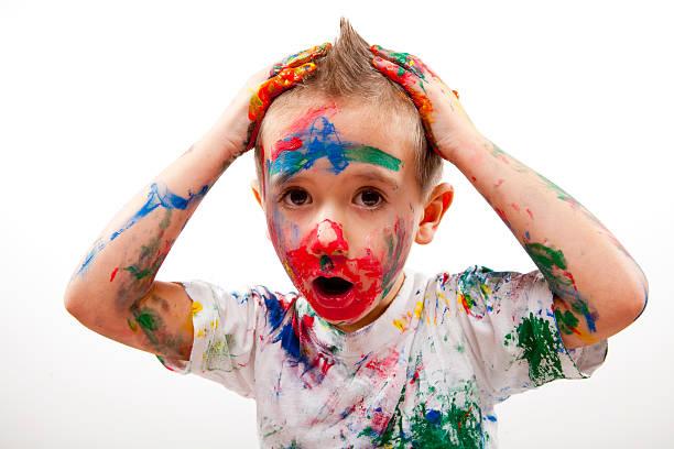 verängstigt junger maler xxxl - fingerfarben stock-fotos und bilder
