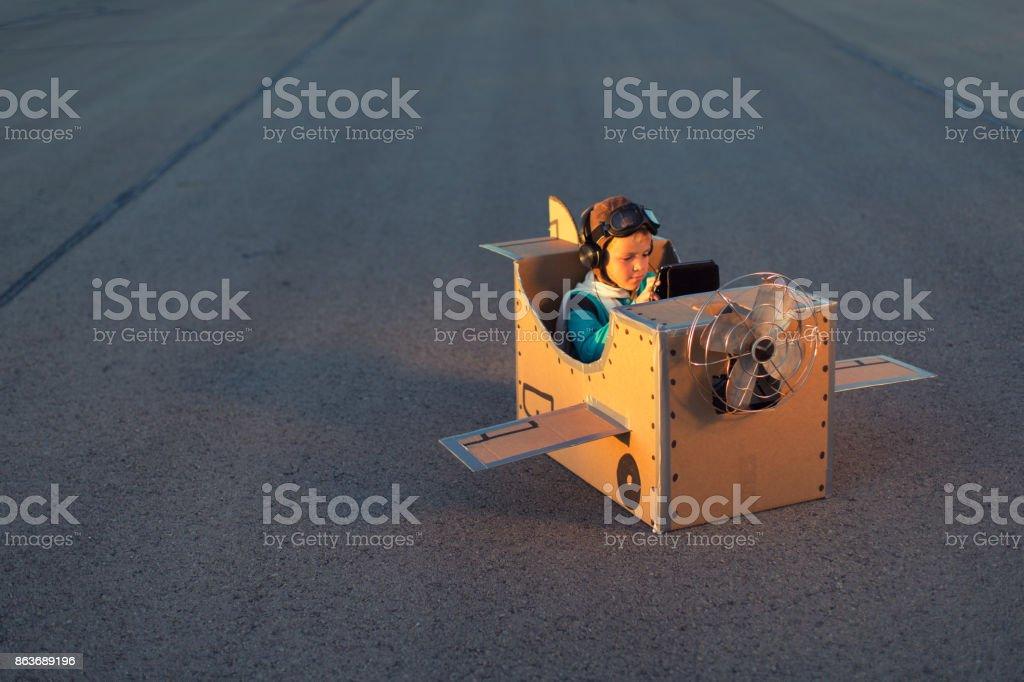Kleiner Junge träumt von Flugreisen Lizenzfreies stock-foto