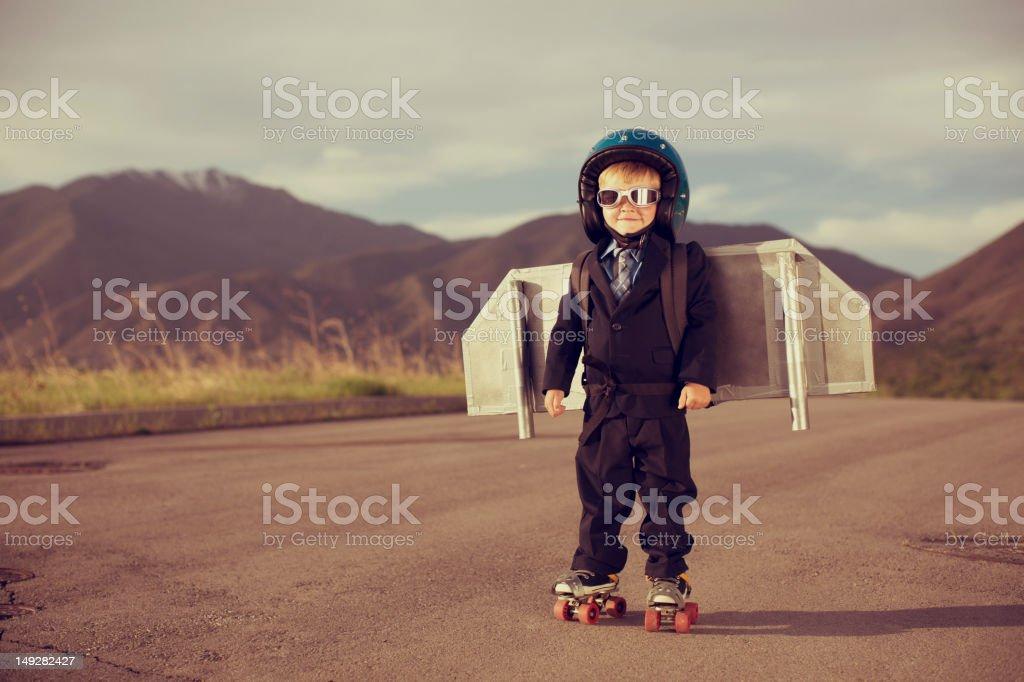 Joven niño vestido como hombre usa cinturón cohete - foto de stock