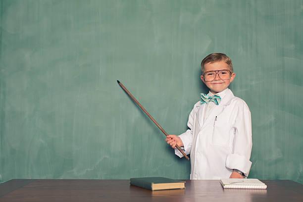 young boy を着た科学者ポイントを残せる黒板 - 教授 ストックフォトと画像
