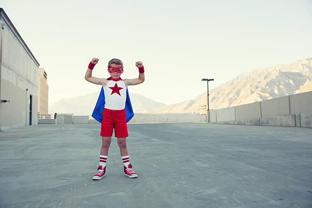 junge gekleidet wie superhelden passt muskeln - kleine jungen kostüme stock-fotos und bilder