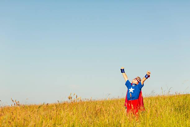 Garoto super-herói voando vestido como imaginar - foto de acervo
