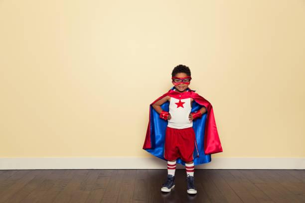 Young Boy als Superheld gedugt – Foto