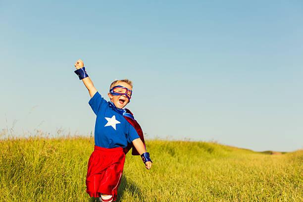 junge gekleidet wie superhelden wirft arm - kleine jungen kostüme stock-fotos und bilder