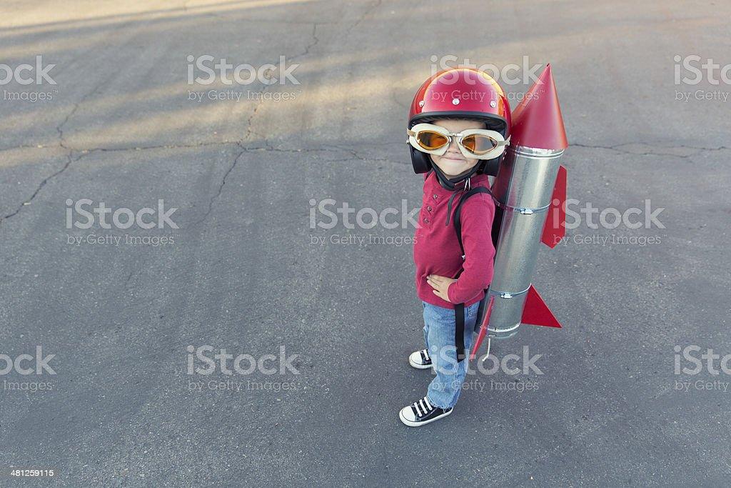 Giovane ragazzo elegante in un vestito rosso rocket blacktop - foto stock