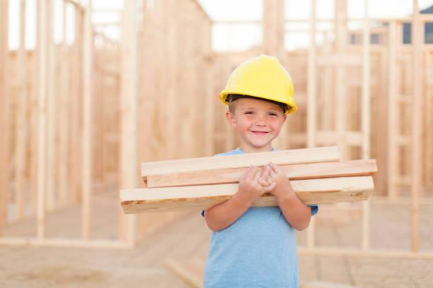 Young Boy hat sich als Bauarbeiter niedergeschlagen – Foto