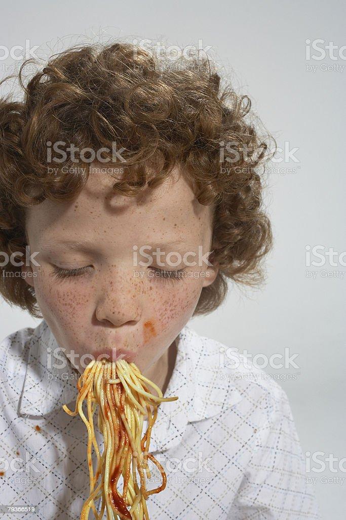 젊은 남자아이 스파케티 실내 식사 royalty-free 스톡 사진