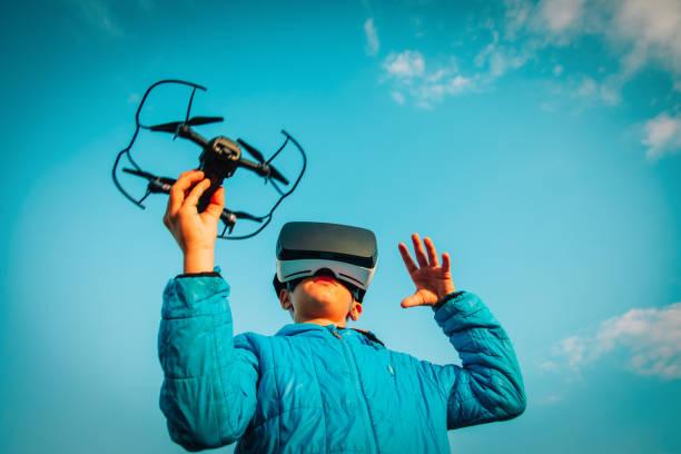 Junge fliegen Drohne in Virtual-Reality-Brille in der Natur – Foto
