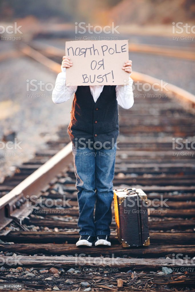Fotografía de Niño Con Cartel Sobre Cara Esperando Tren Al Polo ...