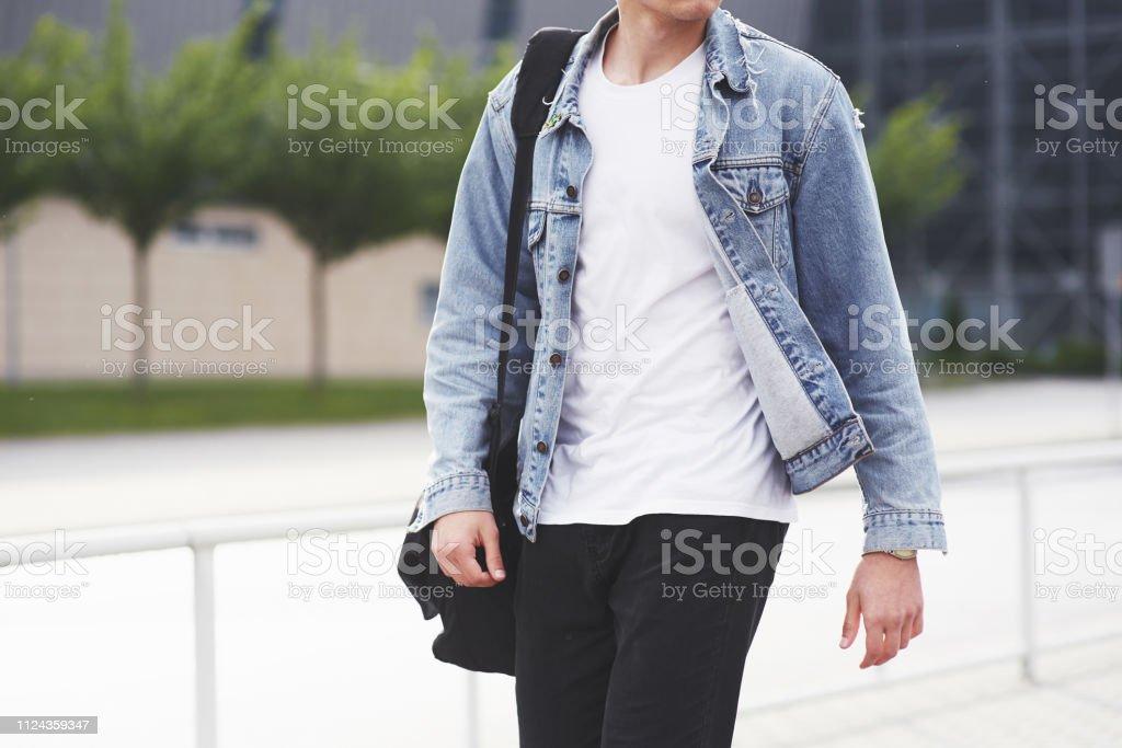 Kleiner Junge in einer blauen Jeansjacke auf der Straße. – Foto