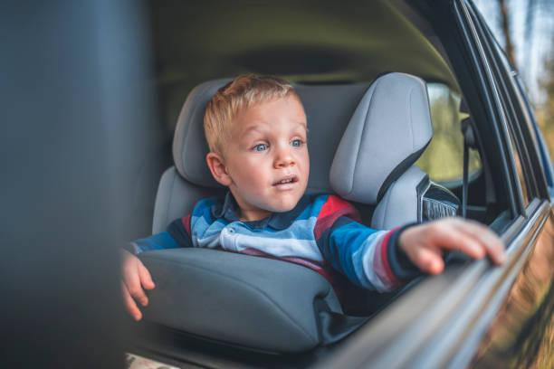 Junge in einem Auto-Sicherheitssitz – Foto