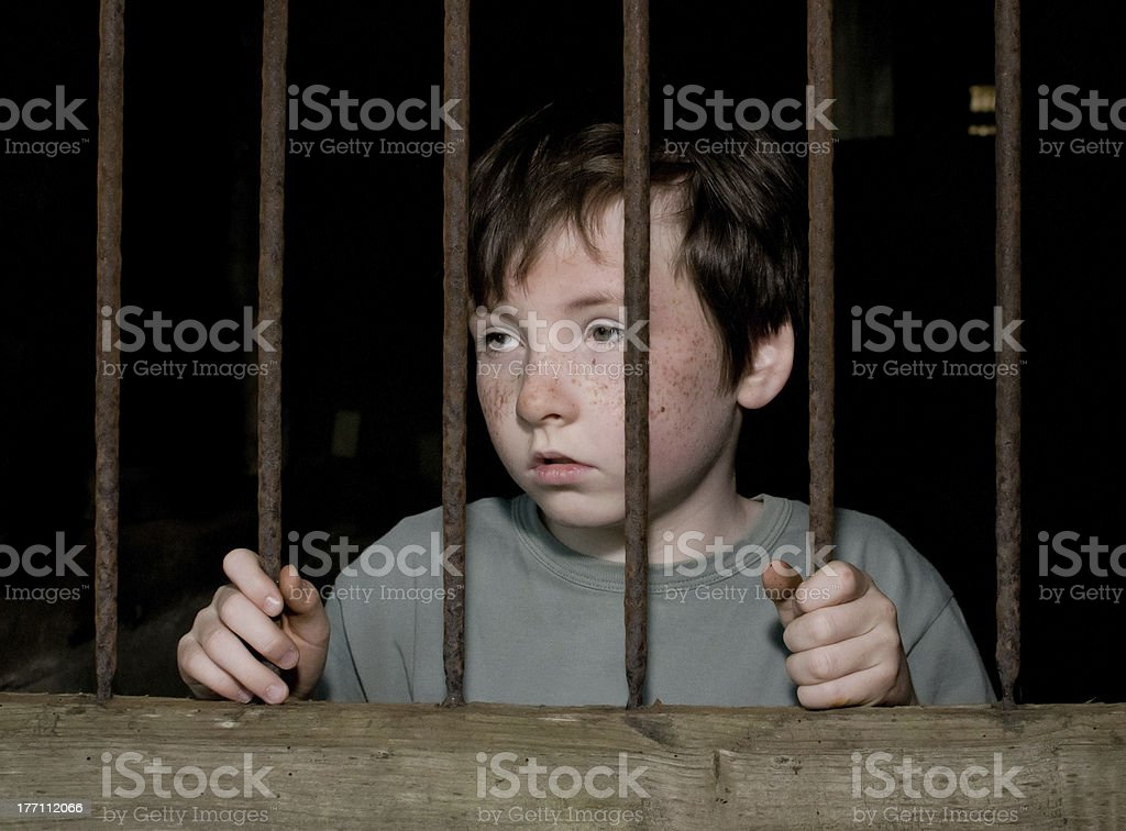 Junge im Gefängnis – Foto