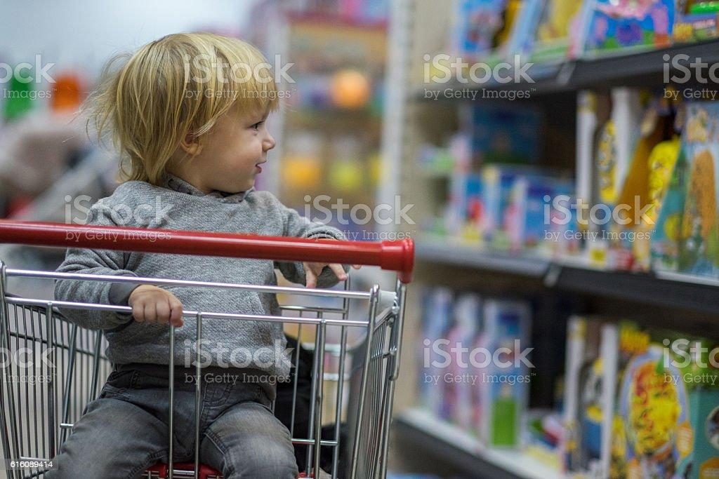 young boy in shopping - foto stock