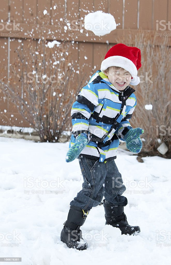 Jeune garçon dans la bataille de boules de neige - Photo