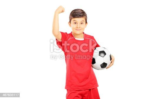 istock Young boy en ropa deportiva de fútbol de retención de bola y  Gesticular 467633117 64767b5d5b25c