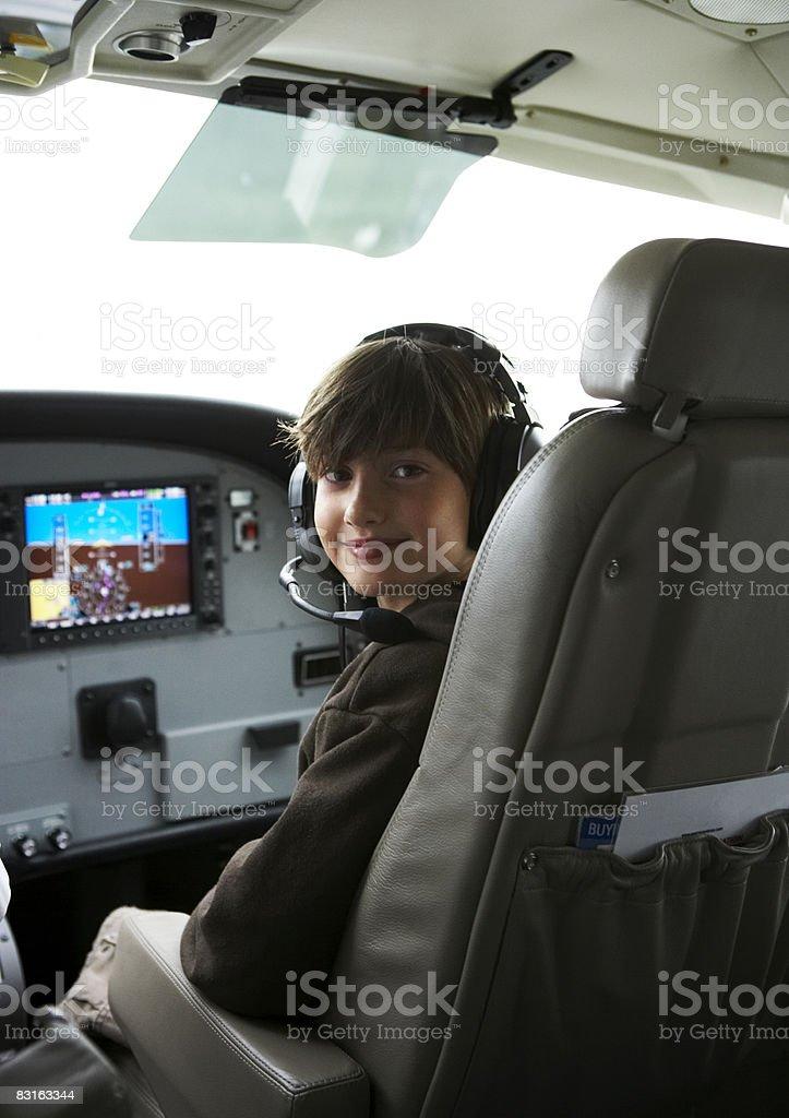 Giovane ragazzo nella cabina di pilotaggio di un piccolo idrovolante. foto stock royalty-free