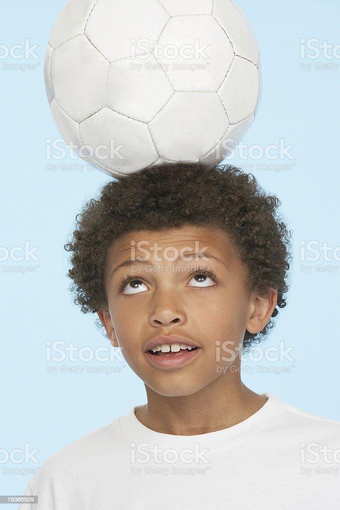 젊은 남자아이 실내 분산 축구공 자신의 머리를 royalty-free 스톡 사진