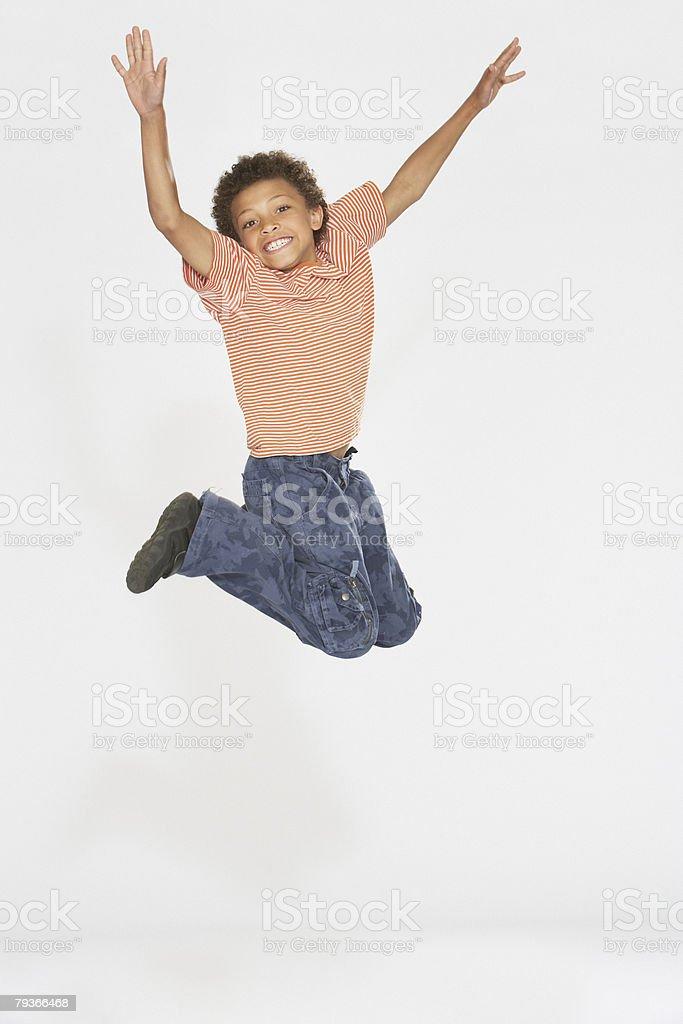 Young boy ジャンプ屋内 ロイヤリティフリーストックフォト