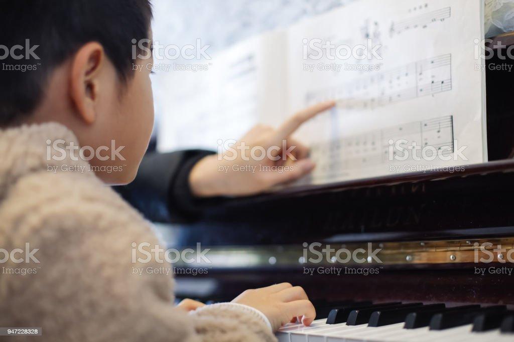 Jungen lernen Sie Klavier spielen – Foto
