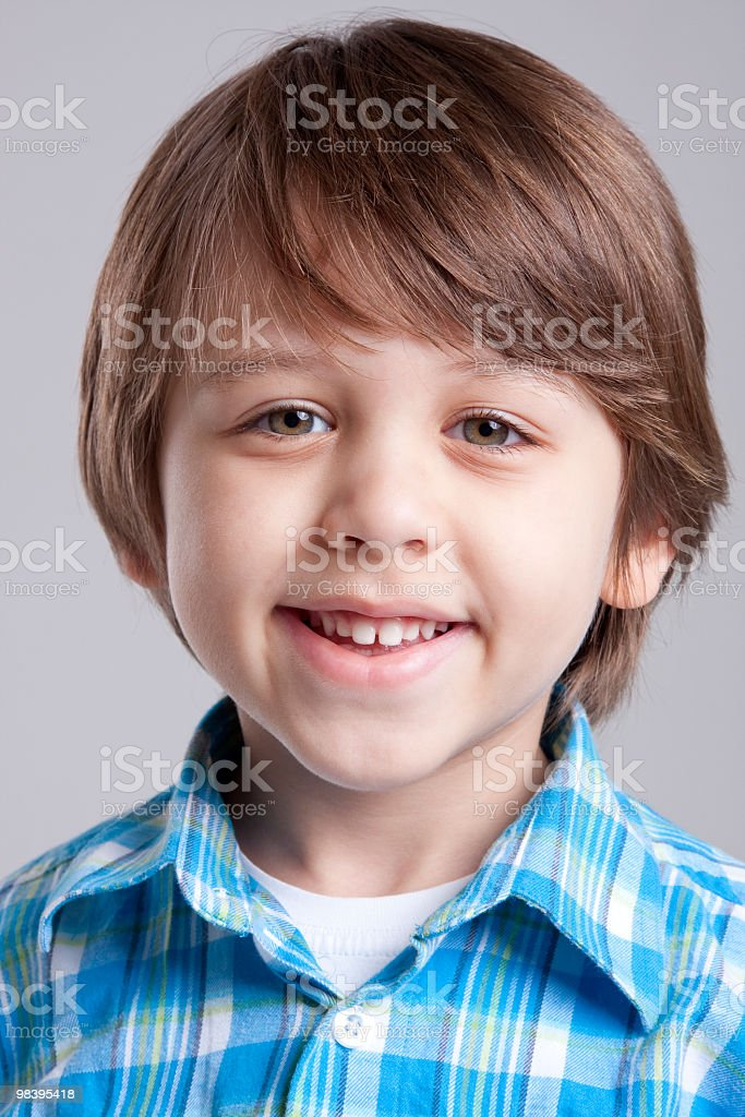 Giovane ragazzo guardando fotocamera foto stock royalty-free