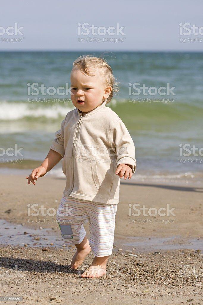 Junge JUNGEN (1 Jahr alt) am Strand Lizenzfreies stock-foto