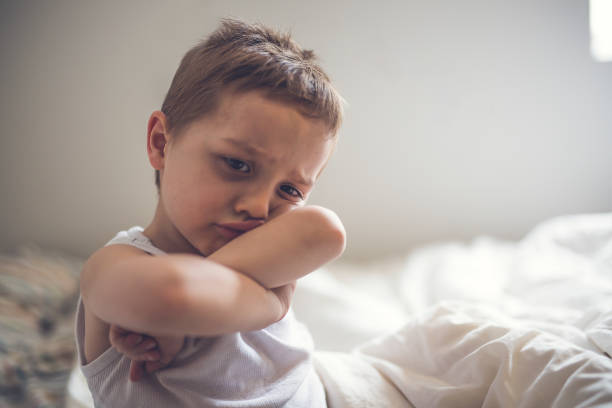 young boy auf bett - bett für jungs stock-fotos und bilder