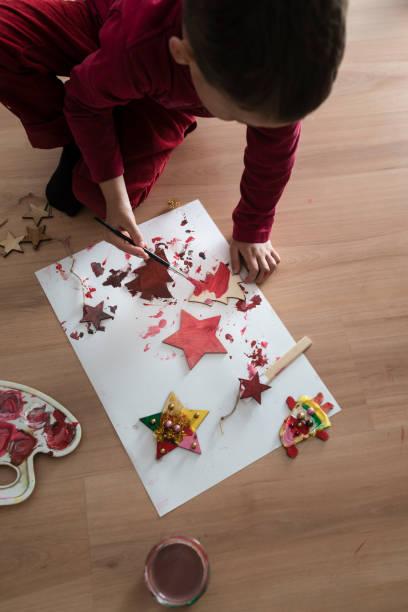 junge malerei hausgemachte weihnachtsschmuck - weihnachtsbilder zum ausmalen stock-fotos und bilder