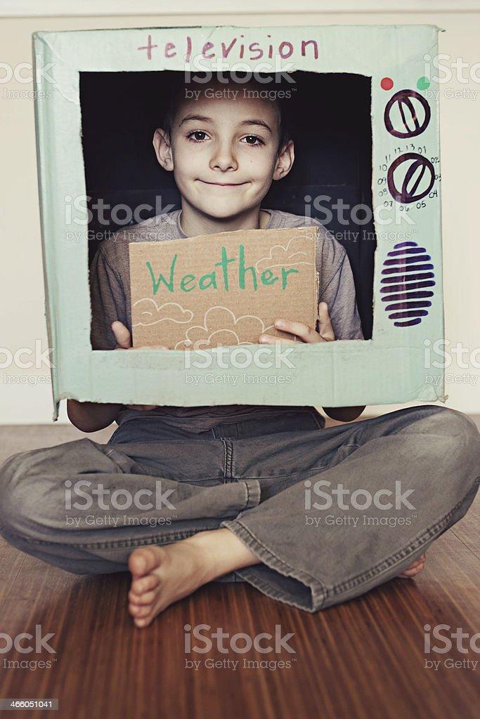 Jovem rapaz jogando fingir TV - foto de acervo