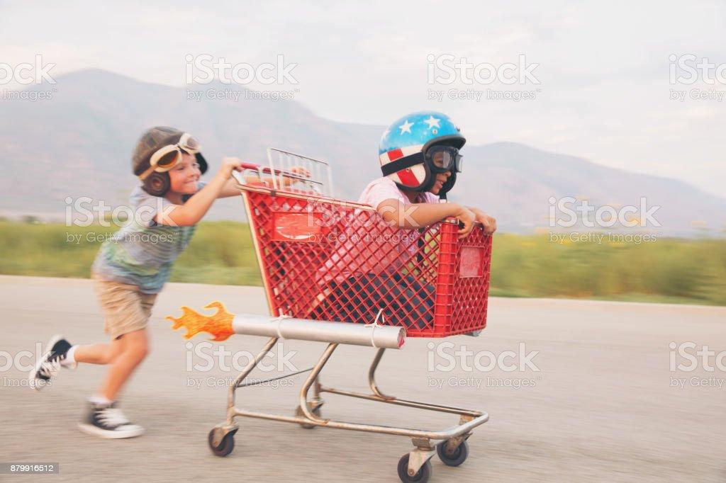 Young Boy Shopping Cart Racing Team - foto stock