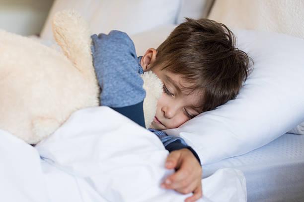 junge schlafen - bett für jungs stock-fotos und bilder
